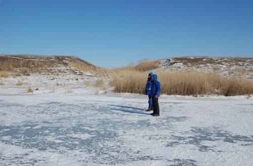 Работы на замёрзшем водоёме.