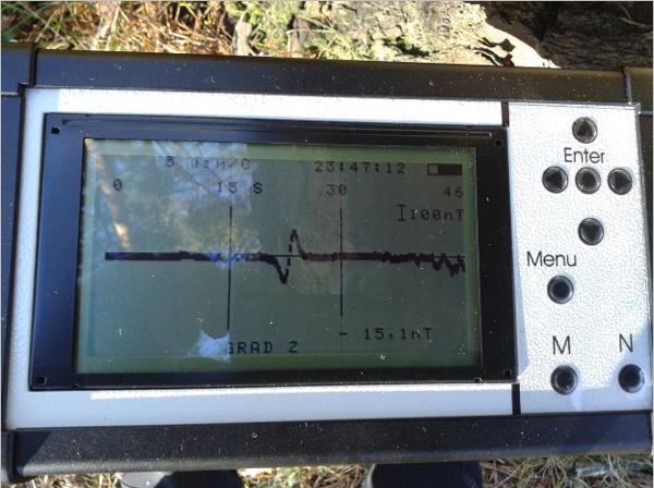Дисплей МГ400. График градиента над единичным железным объектом, обнаруженным при археологических исследованиях.